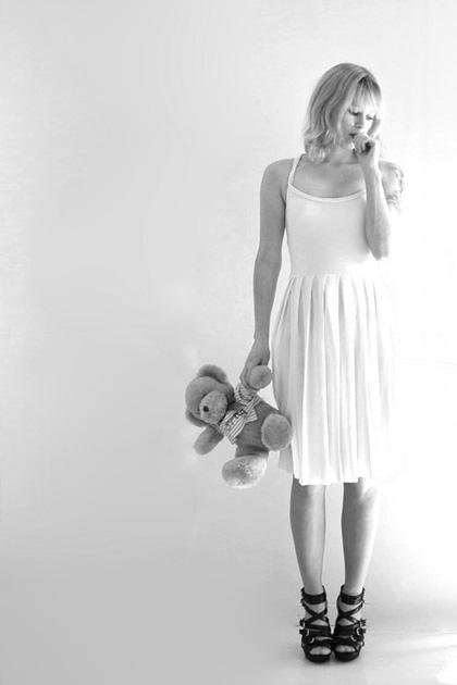 Девушка и плюшевый медведь