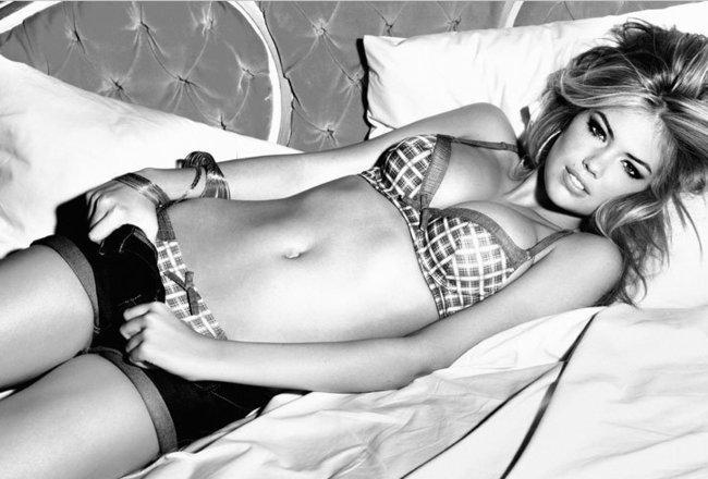 Кейт Аптон на черно-белом фото