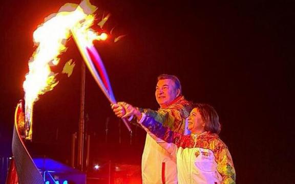 Ирина Роднина и Владислав Третьяк зажигают огонь Олимпиады 2014